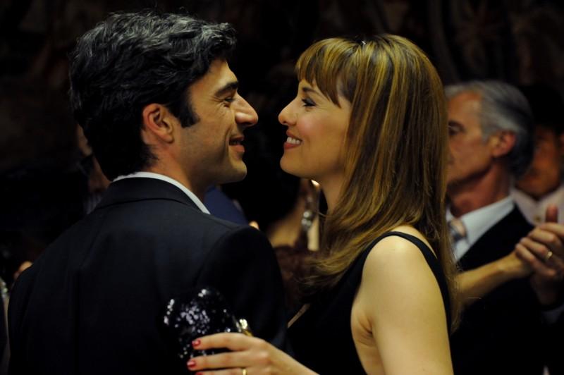 Un boss in salotto: Paola Cortellesi e Luca Argentero in una scena del film - foto esclusiva