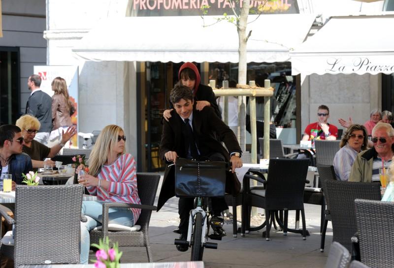 Un boss in salotto: Luca Argentero in una movimentata scena del film - foto esclusiva