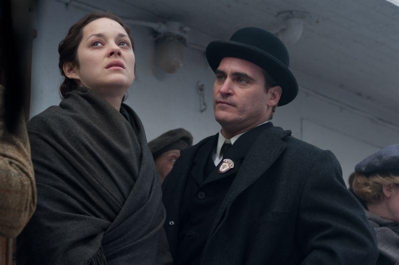 C'era una volta a New York: Marion Cotillard insieme a Joaquin Phoenix in una malinconica scena