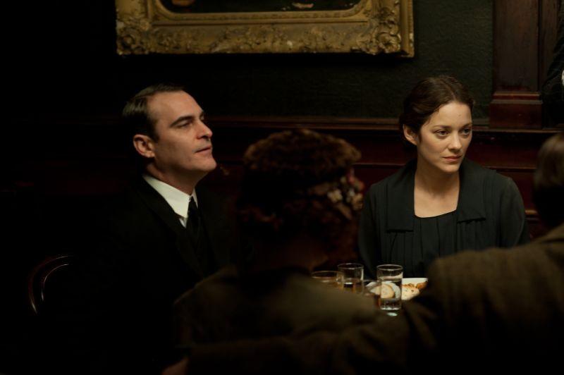 C'era una volta a New York: Marion Cotillard insieme a Joaquin Phoenix in una scena del film