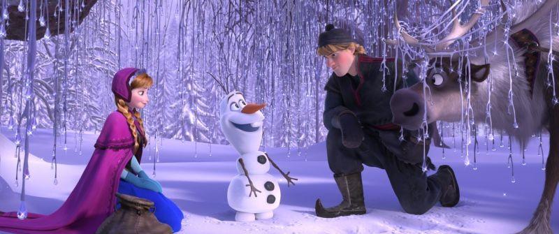 Frozen: Kristoff con Olav, la renna Sven e Anna in una scena del film