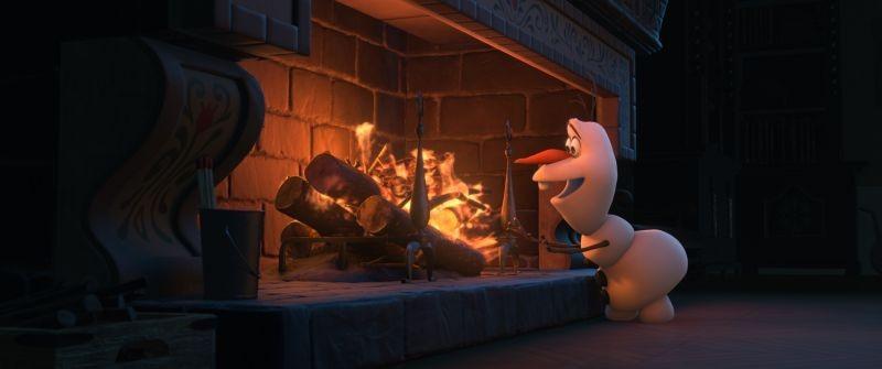 Frozen: Olav il pupazzo di neve cerca di scaldarsi davanti al fuoco in una scena