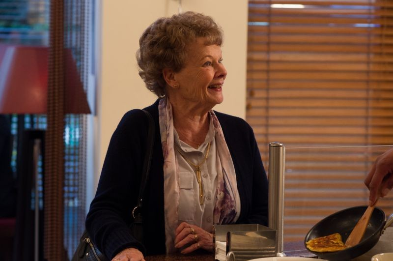 Philomena: Judi Dench sorride luminosa in una scena