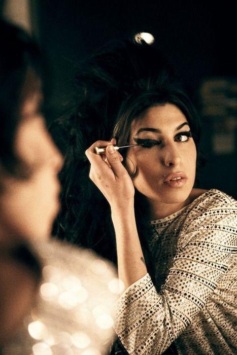 Un bel ritratto di Amy Winehouse al trucco