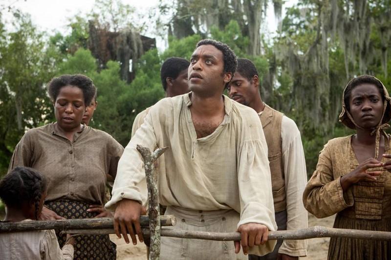 12 anni schiavo: Chiwetel Ejiofor insieme ad altri schiavi in un momento del film