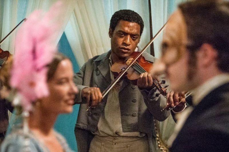 12 anni schiavo: Chiwetel Ejiofor suona il violino in una scena del film