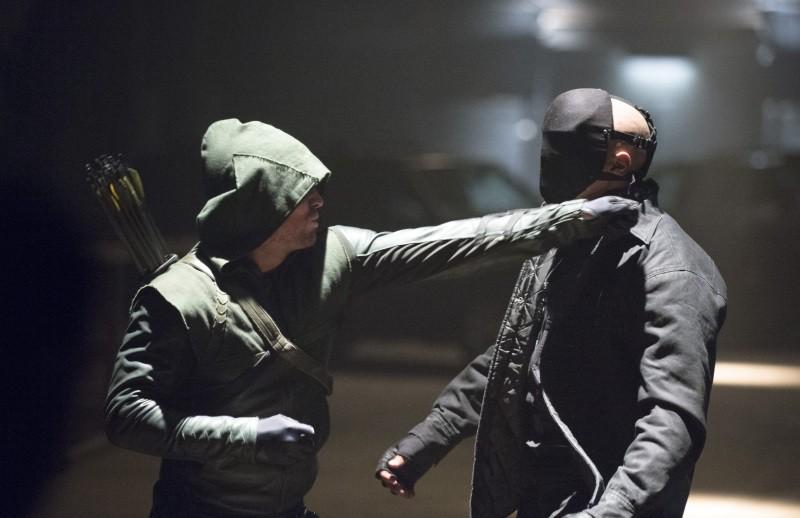 Arrow: Stephen Amell e Graham Shiels in una scena dell'episodio The Scientist
