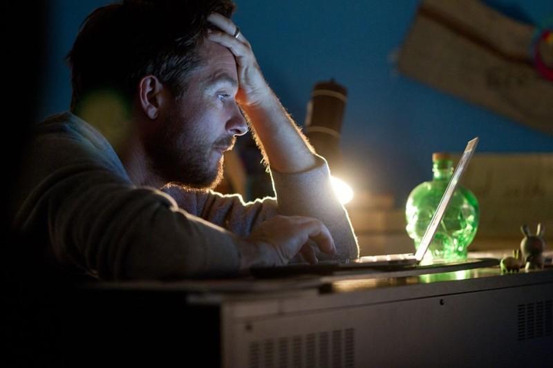 Disconnect: Jason Bateman intento a navigare su Internet in una scena del thriller