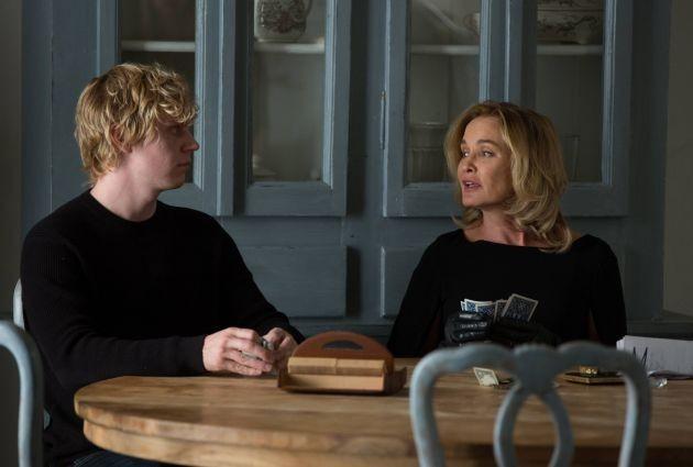 Jessica Lange ed Evan Peters in Head, episodio della terza stagione di American Horror Story