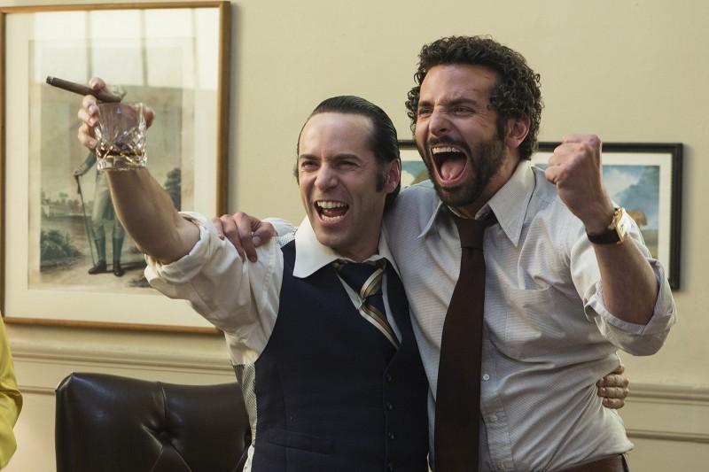 American Hustle: Alessandro Nivola e Bradley Cooper in una scena