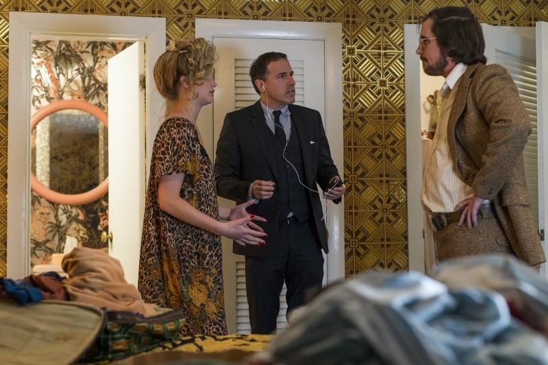 American Hustle: Jennifer Lawrence e Christian Bale con David O. Russell sul set