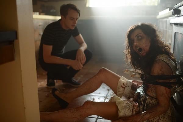Life After Beth: Dane Dehaan e Aubrey Plaza in una scena del film
