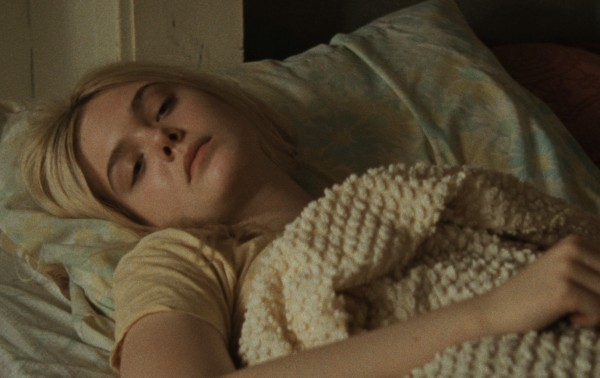 Low Down: Elle Fanning sotto le coperte