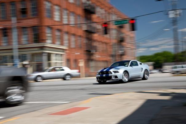 Need for speed: l'immagine di un'auto a tutta velocità