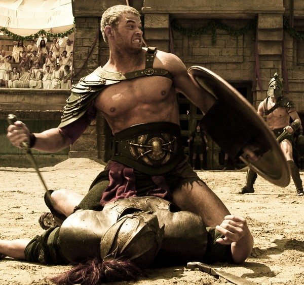 Hercules: La leggenda ha inizio, Kellan Lutz vittorioso sopra il cadavere del nemico