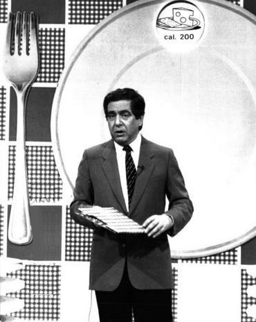 Corrado durante uno dei suoi show più famosi: Il pranzo è servito