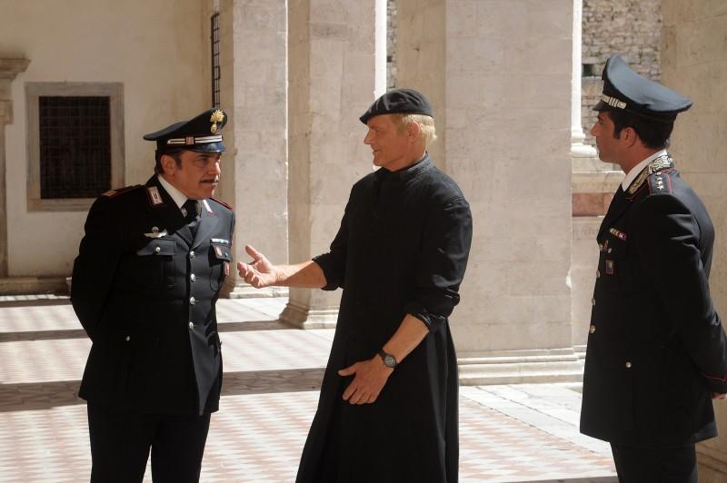 Don Matteo 9: Terence Hill e Nino Frassica in un momento della fiction Rai