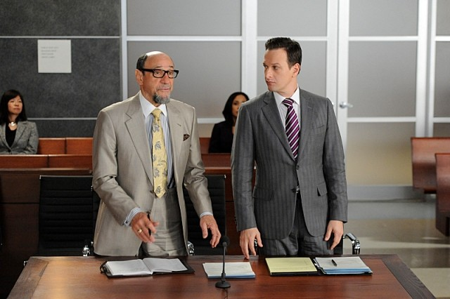 The Good Wife: F. Murray Abraham e Josh Charles in una scena dell'episodio Goliath and David