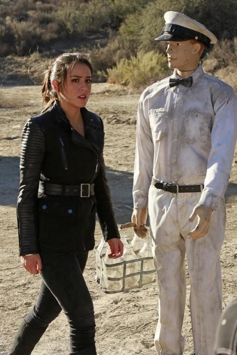 Agents of S.H.I.E.L.D.:  Chloe Bennet in un momento dell'episodio The Magical Place