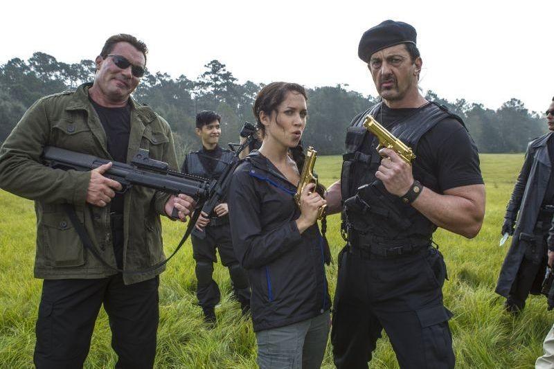 Angry Games - La ragazza con l'uccello di fuoco: Maiara Walsh in una foto promozionale con Joseph Aviel (Schwarzenegger) e Jade Roberts (Stallone)