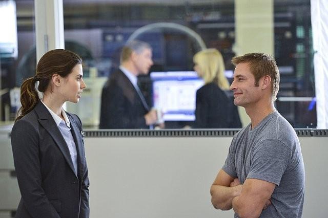 Intelligence: Josh Holloway e Meghan Ory in un momento del pilot della serie