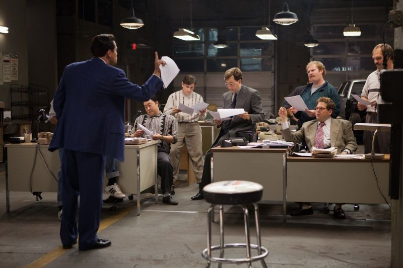 The Wolf of Wall Street: Leonardo DiCaprio in una scena con Jonah Hill