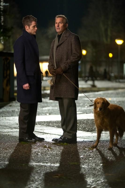 Jack Ryan - L'iniziazione: Chris Pine e Kevin Costner a passeggio con il cane