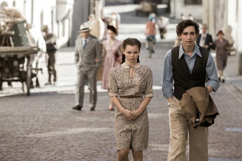 Anita B.: Robert Sheehan cammina con Eline Powell in una scena del film
