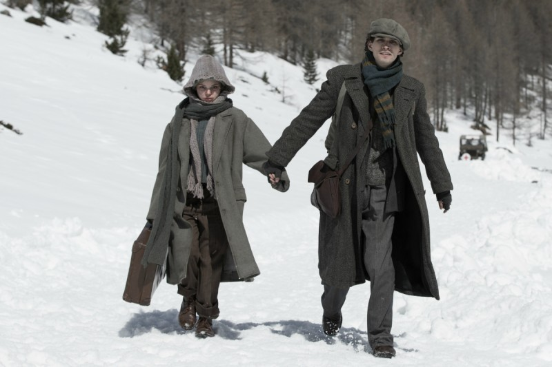 Anita B.: Robert Sheehan insieme a Eline Powell in una scena del film