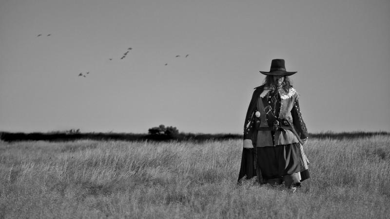 A Field in England: Reece Shearsmith vaga per la campagna inglese