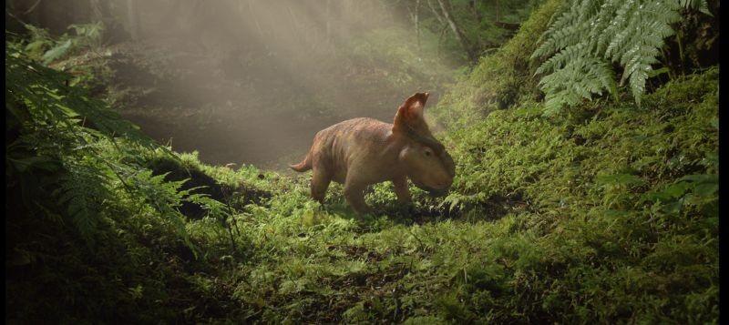 A spasso con i dinosauri: un tenero cucciolo di dinosauro passeggia in una scena del film