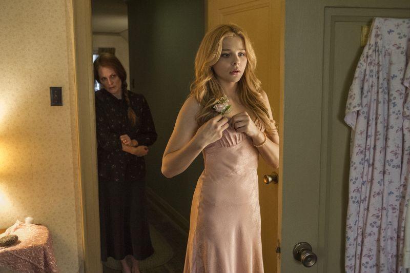 Carrie: Julianne Moore ammira l'eleganza di Chloe Moretz in una scena del film