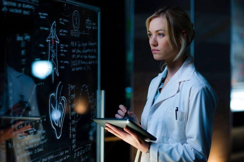 I, Frankenstein: Yvonne Strahovski nei panni della dottoressa Terra in una scena del film fantasy