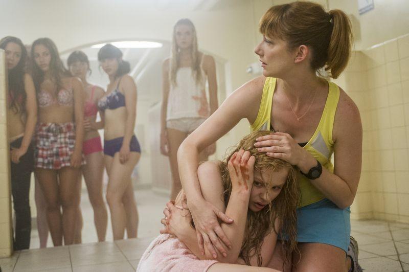 Lo sguardo di Satana - Carrie: Chloe Moretz consolata da Judy Greer in una scena del film