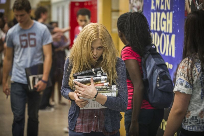 Lo sguardo di Satana - Carrie: Chloe Moretz vaga per la scuola con i suoi libri in una inquietante scena del film