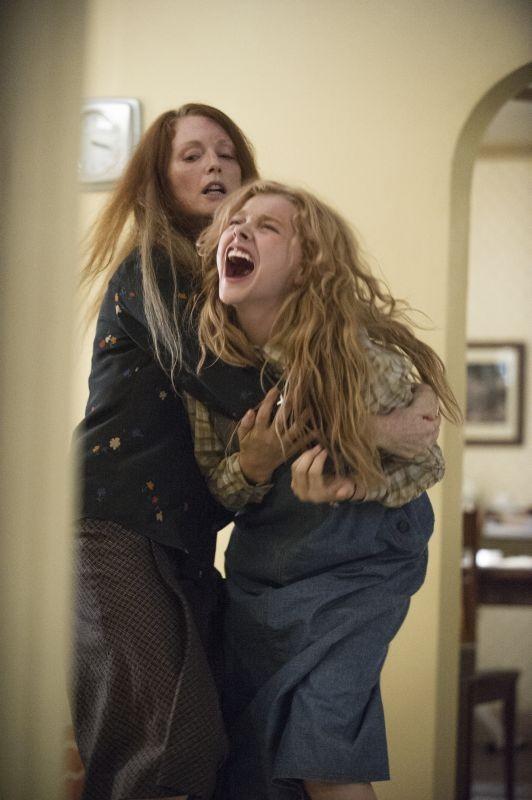 Lo sguardo di Satana - Carrie: Julianne Moore e Chloe Moretz in una drammatica sequenza del film horror