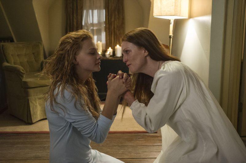 Lo sguardo di Satana - Carrie: Julianne Moore e Chloe Moretz in una tenera scena del film