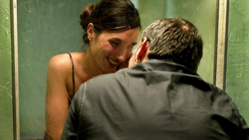 Tango Libre: Sergi López (di spalle) in una scena con Anne Paulicevich