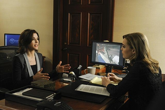 The Good Wife: Julianna Margulies e Melissa George in una scena dell'episodio We, the Juries