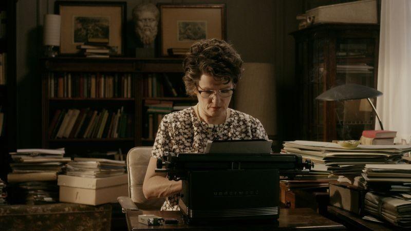 Barbara Sukowa nei panni di Hannah Arendt in una scena