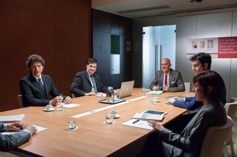 La gente che sta bene: Claudio Bisio in riunione in una scena del film