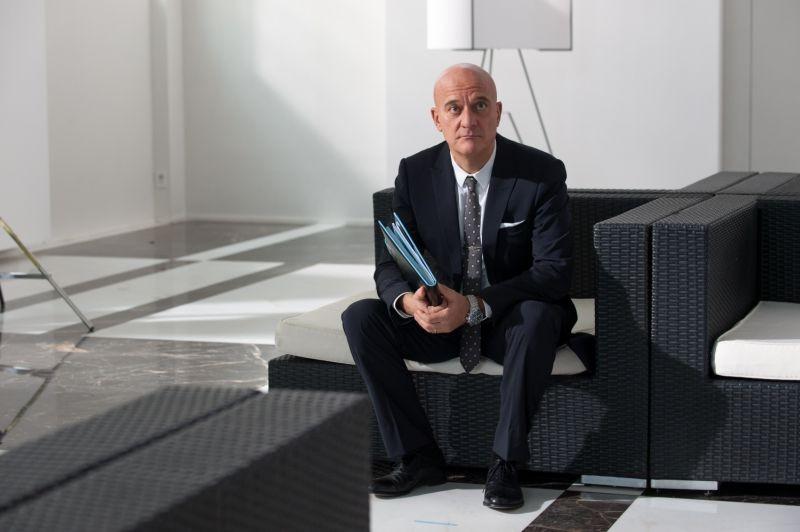 La gente che sta bene: Claudio Bisio nei panni di un avvocato in crisi in una scena del film