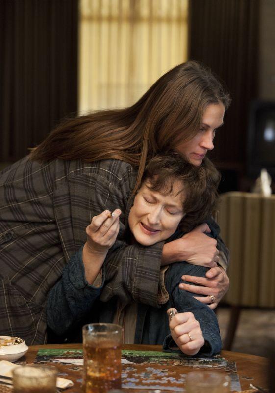 Meryl Streep con Julia Roberts in una drammatica scena de I segreti di Osage County