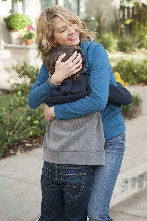 Growing Up Fisher: Jenna Elfman ed Eli Baker in un momento della serie