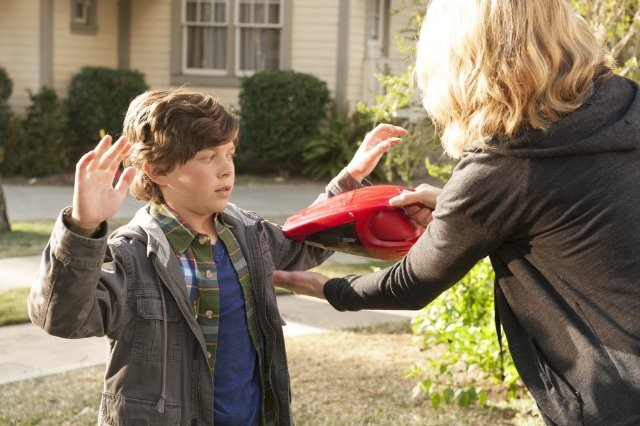 Growing Up Fisher: Jenna Elfman ed Eli Baker in una scena della serie