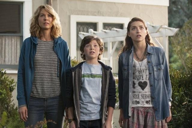 Growing Up Fisher: Jenna Elfman, Eli Baker, Ava Deluca-Verley in una scena della serie