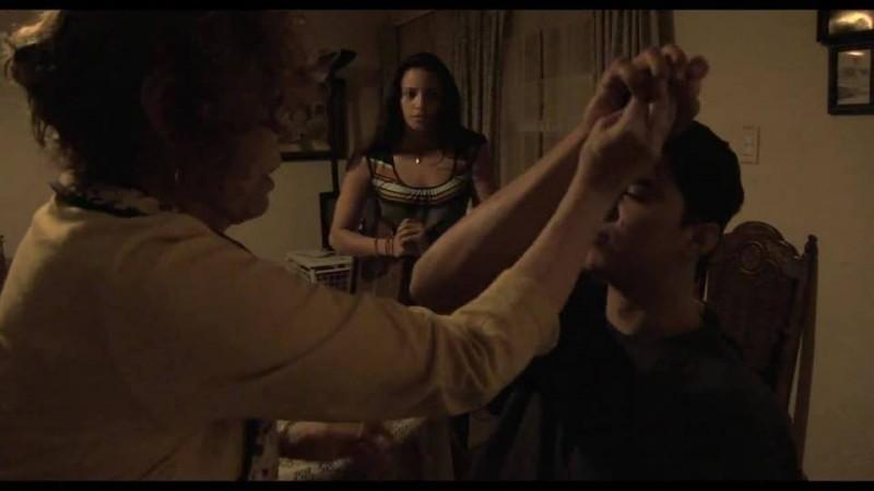 Il segnato: Andrew Jacobs in un'inquietante scena dell'horror con Gabrielle Walsh e Renee Victor