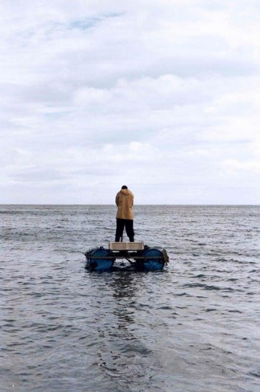 Il superstite: il protagonista George MacKay di spalle in mezzo al mare in una scena del film