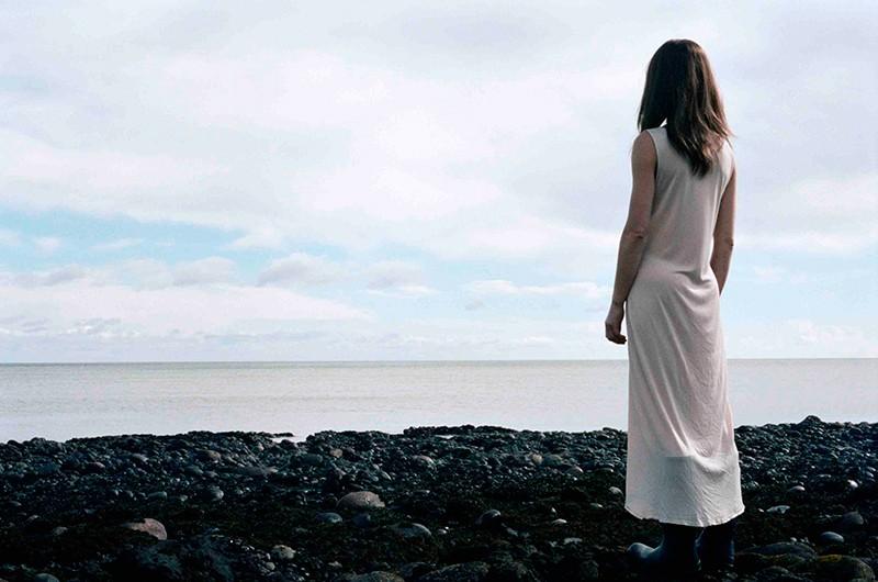 Il superstite: Kate Dickie di spalle in una scena