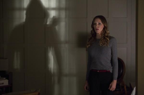 Arrow: Katie Cassidy in una scena dell'episodio Blind Spot